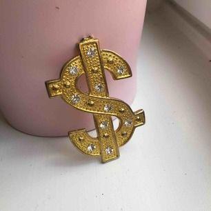 Coolaste dollarsign inredningsdetaljen/smycket/sy på väska mm. Tyngre metall med diamanter!