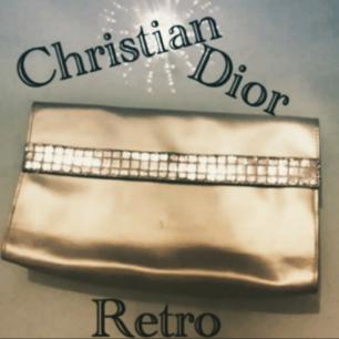 Vintage Dior clutch/makeupbag-Inristning på insidan vid knäppningen. Inköpt secondhand så inget äkthetsintyg finns-därav billigare pris. Otroligt ball!