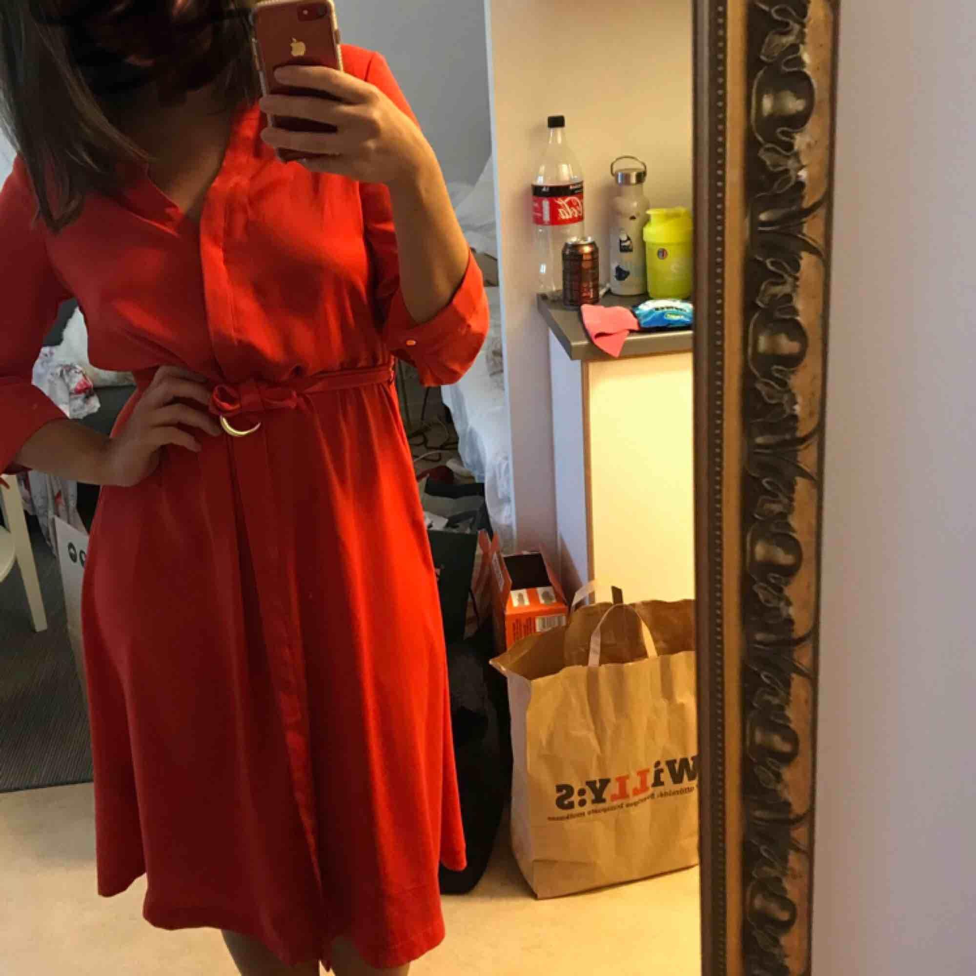 Skön klänning som slutar strax efter knäna. Köpte den förra sommaren men har inte hunnit använda den så mycket som den förtjänar! Pris kan diskuteras. Kan mötas upp i centrala gbg eller frakta:) kram. Klänningar.