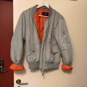 Snygg bomberjacka med orange som innertyg. Pris kan diskuteras! Kan mötas upp i centrala gbg eller frakta:) kram