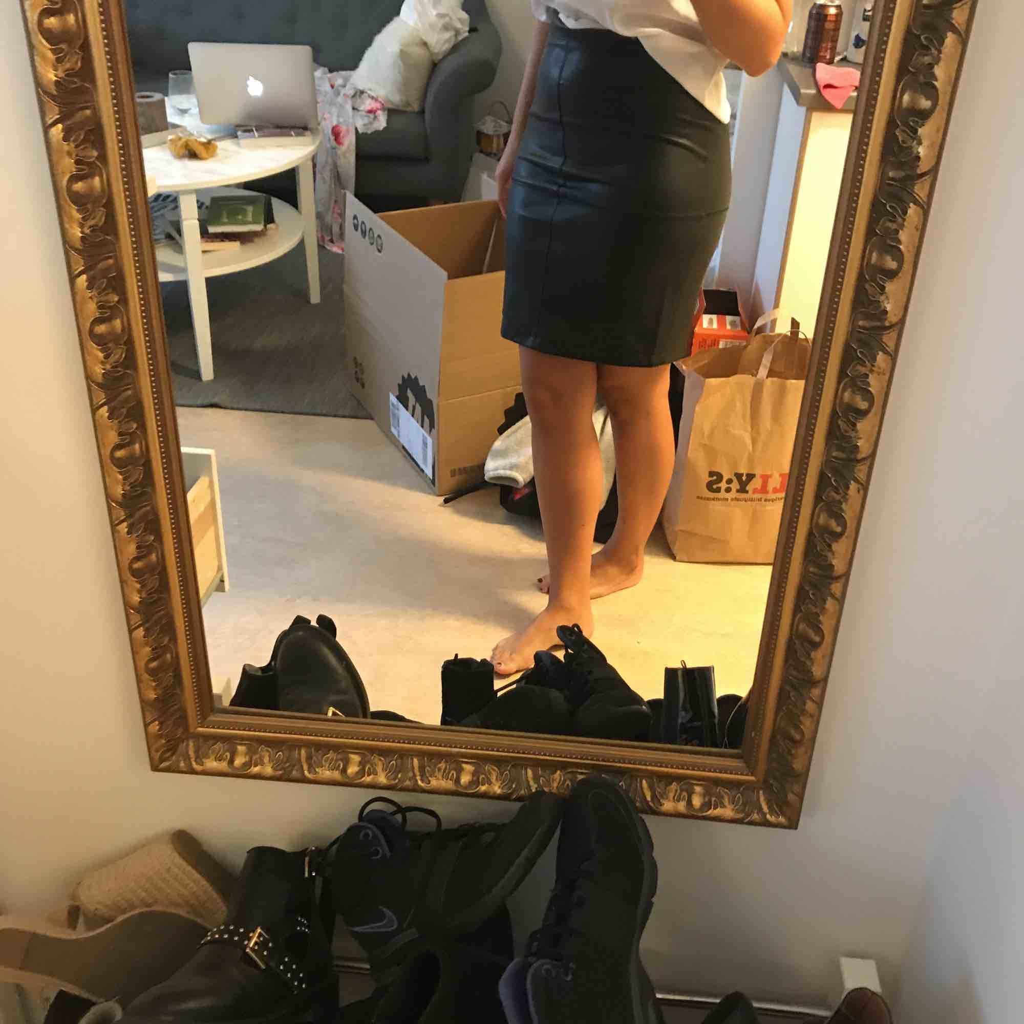 Snygg fejkskinn kjol, stretchig! Pris kan diskuteras! Kan mötas upp i centrala gbg eller så står köparen för frakten:) kram. Kjolar.