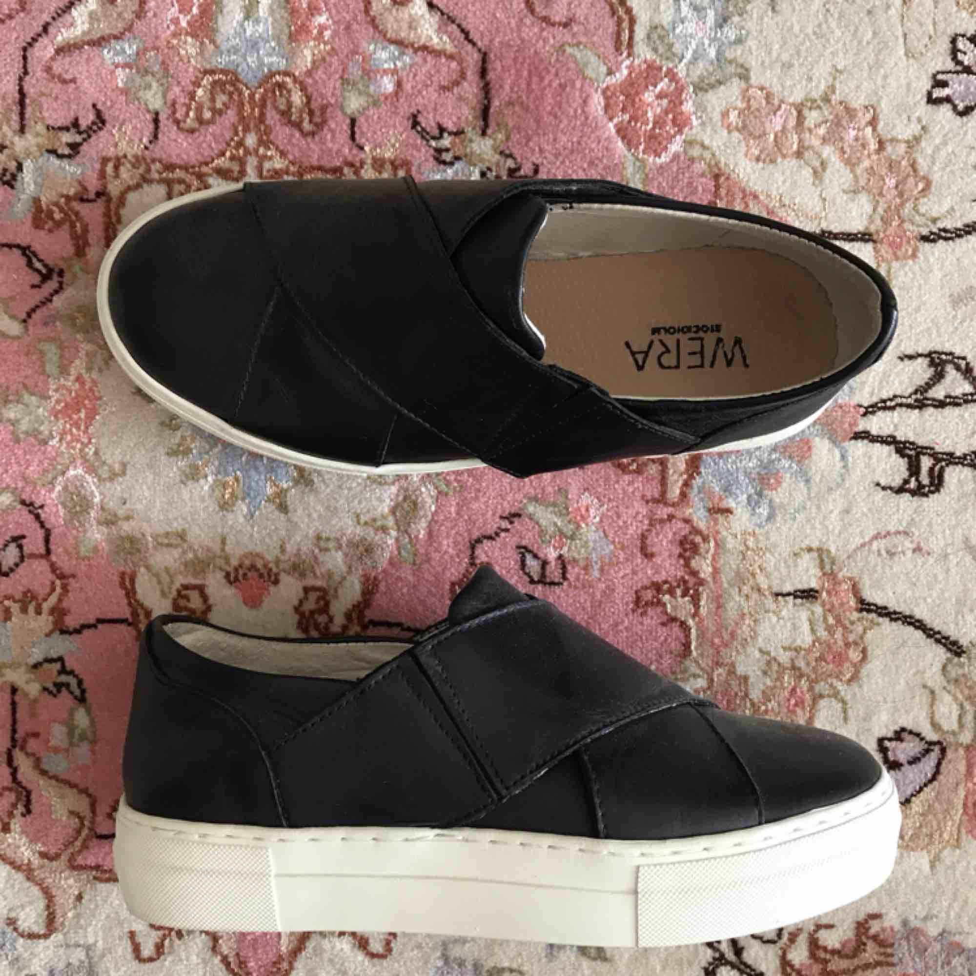 Säljer ett par jättesnygga slip-on skor från WERA Stockholm som köptes för ett år sedan. De är aldrig använda då storlek 36 inte riktigt är min storlek. Nyköpspris var cirka 900kr. 💕FRAKT INGÅR I PRISET!!. Skor.