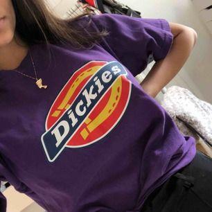Lila Dickies t-shirt som är sparsamt använd, tvättad en gång. Köparen står för frakt:)