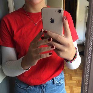 En helt vanlig röd t-shirt som man kan styla lite hur man vill, bra kvalite och har använt den en gång