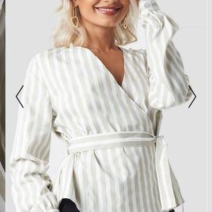 Säljer exakt denhär blusen från nakd! Använd en kväll men tyvärr för stor för mig så den ser inte speciellt smickrande ut på därför tänkte jag att den kan få en ny ägare! Skriv för fler bilder :)