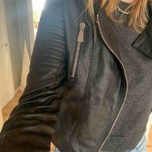 Säljer min Chiquelle Moto Jacket. Knappt använd. Passar även en 38! Frakt ingår.