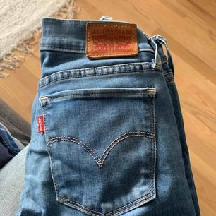 Säljer Levis 710 super skinny! Använda många gånger men inga slitningar, osv. Avklippta längst ner. Frakten ingår i priset!!