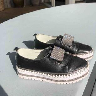 Då jag insett att mina absolut snyggaste skor inte passar säljer jag dem. De är köpa i Dubai för ca 1700kr och endast använda 2 ggr. Det fanns bara 5 exemplar av just denna modellen så du kommer alltså vara den enda med dessa skorna;))