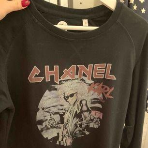 Säljer min sweatshirt från doctor fake! Inköpt för drygt ett år sen på two angels betalade då 700kr för den men är i fint skick och använd fåtal gånger!