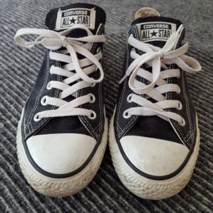 Fräscha svarta converse som är sparsamt använda. Säljes för 250kr exklusive frakt eller mötas upp i Stockholm. Storlek 37.5