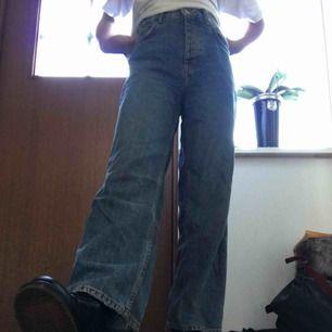 Relaxed fit jeans från Bershka i storlek 32 (xxs)