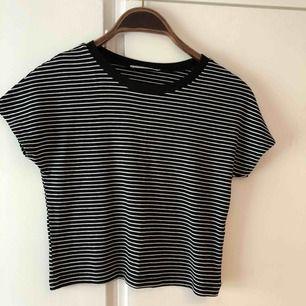Randig svartvit croppad t shirt från Zara, knappt använd så i jättefint skick!
