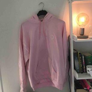 Rosa hoodie med vitt tryck från UO 🏩🏩 originalpris 65 eller 75 €      mycket fint skick, inte använd mycket skulle säga att den ganska oversized