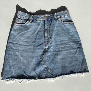 Snygg jeanskjol från Monki, använd fåtal gånger så i bra skick