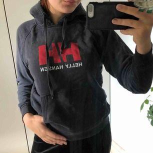 Schysst hoodie väl använd men fortfarande nice lite kort i ärmarna på mig med M-L