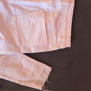 Jätte snygga vita jeans med hål i knäna och slitningar nertill. Säljer eftersom de inte var rätt storlek för mig.