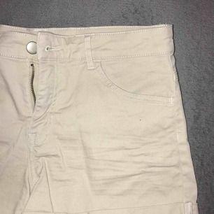 Beiga shorts från hm med vita sömmar. Skitsnygga tyvärr köpta i fel storlek.