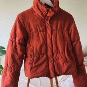 Så snygg och mysig puffer jacket från Monki, passar perfekt nu till hösten! säljer den för att den tyvärr är för stor. kan mötas upp i sthlm eller norrköping, annars står köparen för frakt
