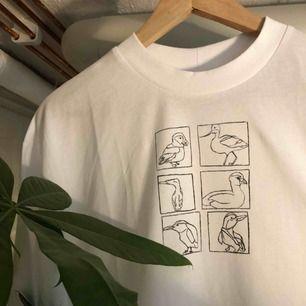 💧CUSTOM MADE T-SHIRT💧 Helt ny COLLUSION* T-shirt i storlek S men passar M. Hög krage och baggy-fit. Collusion klistermärke och originalpåse medföljer💧