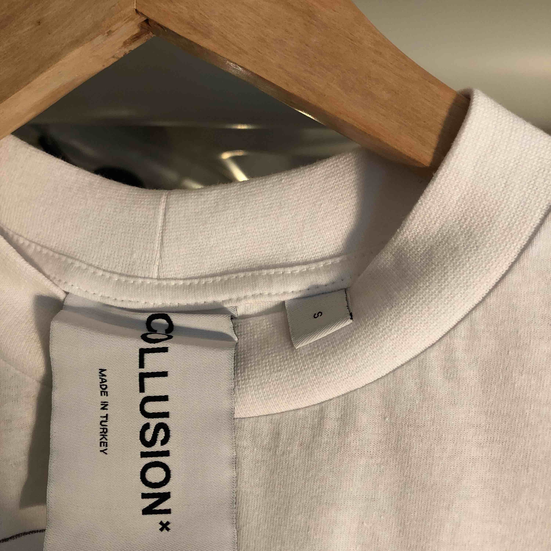💧CUSTOM MADE T-SHIRT💧 Helt ny COLLUSION* T-shirt i storlek S men passar M. Hög krage och baggy-fit. Collusion klistermärke och originalpåse medföljer💧. T-shirts.