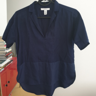 Fin blå blus. mjuk satin liknade material! Fint med höga jeans. Kan skickas annars finns i Malmö
