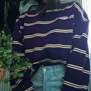 Snygg sweatshirt använd fåtal gånger, säljer pga inte min stil. Frakt tillkommer 🌷🌷