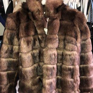"""Sprillans ny pälsjacka som e så sjukt snygg men har aldrig använts :((( därför säljer jag den nu och frakten tillkommer. Väldigt snygg och elegant, räfflade """"pälsmönster"""""""