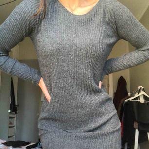 Skön klänning från bikbok, nästan aldrig använd. Jätteskön och absolut inte sticksig. Nästan som lite fleece på det stickade. Frakten tillkommer på typ 20kr