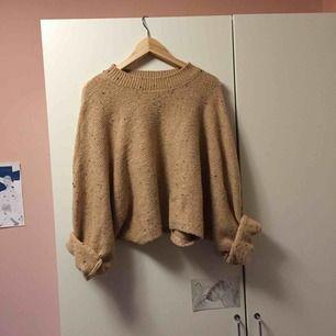 Aprikosbeige stickad tröja med inslag trådar likt färgstänk som inslag😍 storlek S men lite oversize i modellen! Mysig och höstsnygg! Knappt använd.