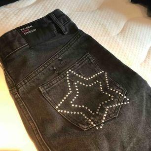 Skitcool grå jeanskjol från Pull&Bear, stjärnor på båda bakfickorna! Knappt använd. Köpt i Spanien för nått år sen så osäker på om den finns att få tag på längre!