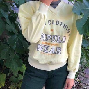 Sweatshirt från typ 80-tal. Ganska puffiga ärmar och hyfsat kort.