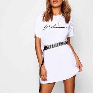 Woman slogan T-shirt dress från Boohoo, aldrig använd!  Man får inte med skräpet utan endast klänningen.  (Två första bilderna är inte mina)