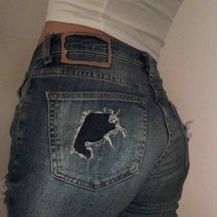 Jättesnygga, bekväma håliga jeans. Ifall du vill ha mera information eller bilder är det bara att kontakta mig. Ha en bra dag☺️
