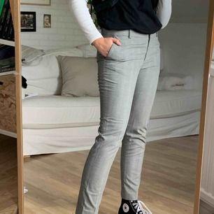 Kostymbyxor I storlek 40. Finns att hämta i Åkersberga eller frakt 40kr