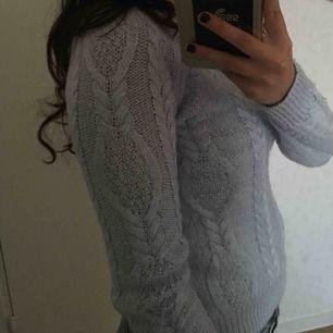 Stickad tajt tröja som passar XS men även S om man är liten. Jättefin blå färg som verkligen går till allt