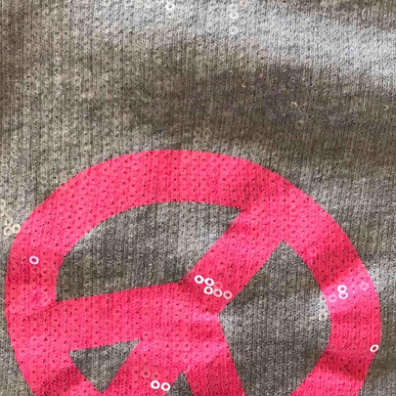 Jättefin sweatshirt inköpt i USA. Nästan helt ny i storlek XS-S. Huvtröjor & Träningströjor.