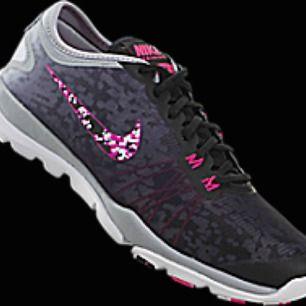 Jätte snygga träningsskor från Nike🔥 nypris: 650kr  Det är bara att fråga om du vill ha mer bilder på skorna:) frakt ingår i priset 😊