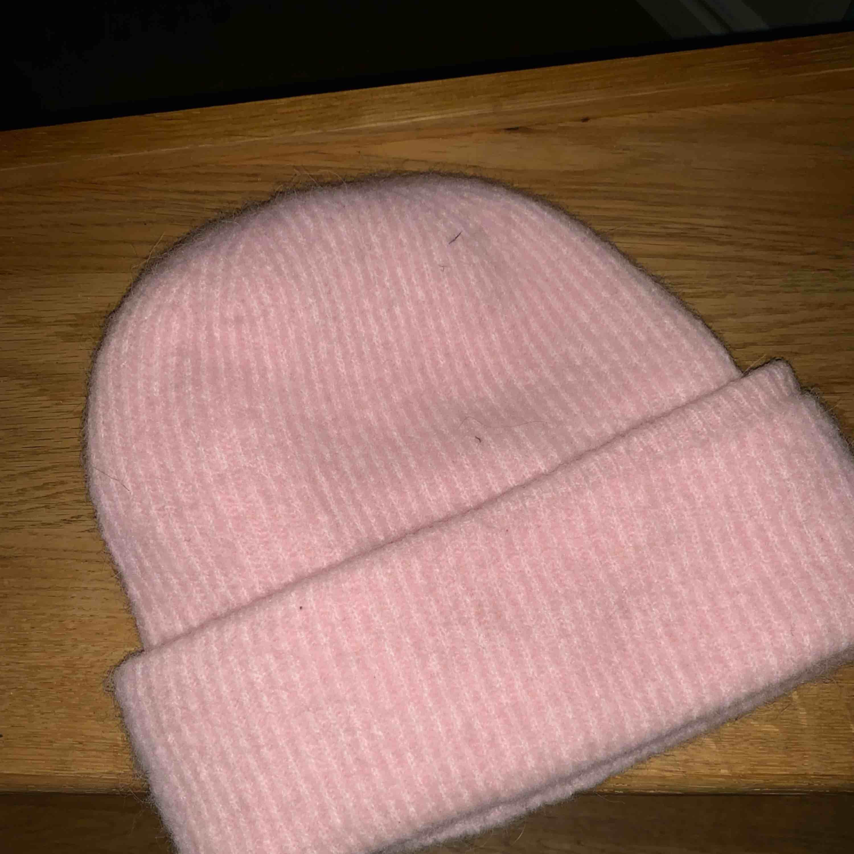 Säljer min rosa samsoe samsoe mössa! Använd några fåtal gånger. . Accessoarer.