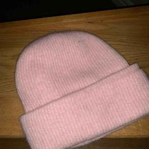 Säljer min rosa samsoe samsoe mössa! Använd några fåtal gånger.