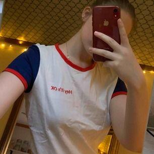 """Fin t-shirt från Monki med texten """"Hey It's OK"""". Frakten är inte inräknad i priset."""