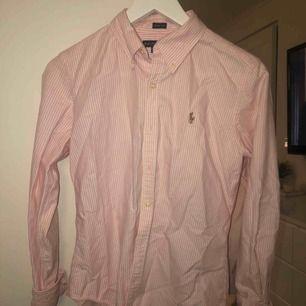 En Skjorta från Ralph Lauren i strl 8  Som ny