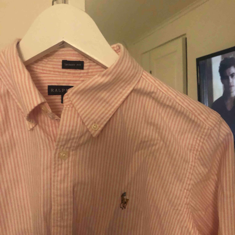 En Skjorta från Ralph Lauren i strl 8  Som ny. Skjortor.