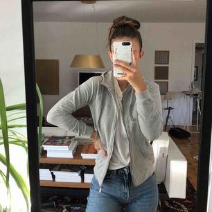 Fin grå huvtröja knappt använd 💕 Köpare står för frakten⚡️