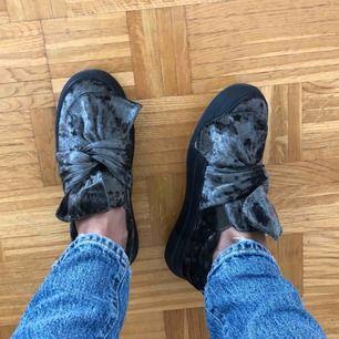 Nya skor som har en jättefin grön färg perfekt nu till hösten⚡️💕 köpare står för frakten:)