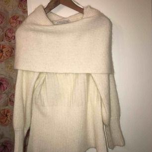 Stickat tröja från Fall Winter Spring Summer❤️. Har använts en gång. Inga fel. Original priset 2000/2500kr. Köparen står för frakten.❄️🍵