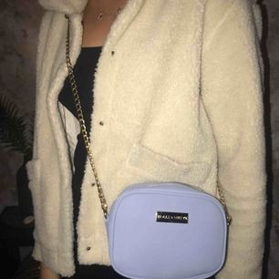 Fin oanvänd väska från Lindex i en superfin ljusblå färg med guld detaljer🥰 (frakt tillkommer på 50kr)
