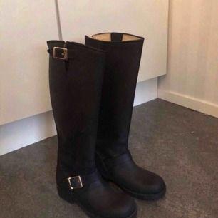 Helt oanvända johnny bulls! köpa för 1500kr för ca 1 år sedan men dem är endast provade, skorna är svarta och har gulddetaljer. Pris kan diskuteras vid snabb affär! köparen står för frakten! 😊
