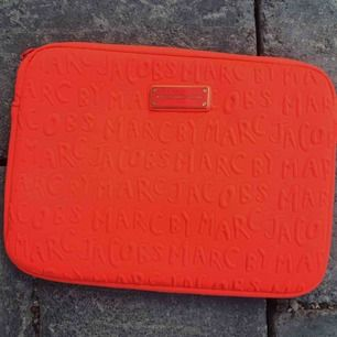 Ipadfodral från marc by marc Jacobs.  Färgen är neonorange/korallröd.  Nyskick. 300kr inklusive frakt!