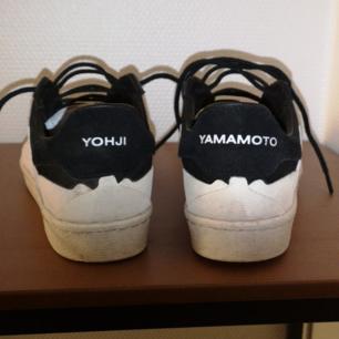 Sjukt clean Y-3 sneakers i storlek 42. Dom är använda 2 gånger och inga skador eller något. Skokartong å allt ingår tillsamans med skopåsar och extra skosnören ordinarie pris: 2500