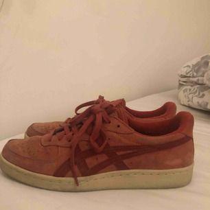 Röda mocka sneakers
